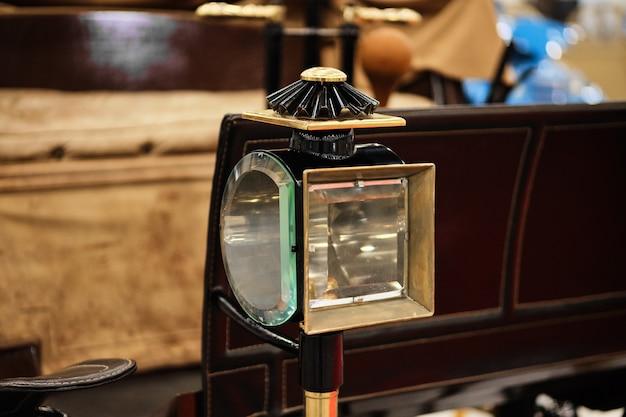 오래 된 빈티지 자동차의 촛불 유리 헤드 라이트.