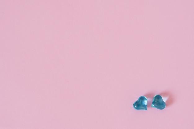 Стеклянные сердечки на красивом розовом пастельном фоне