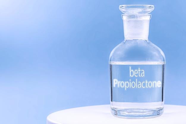 Стеклянная больничная тара с антисептиком, написанная на английском языке перекись водорода.