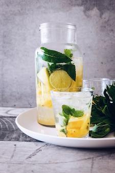 ガラスの瓶とレモネードジュースで満たされたコップ