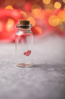 유리 항아리와 붉은 바탕에 붉은 심장입니다. 발렌타인 데이에 사랑의 개념입니다.