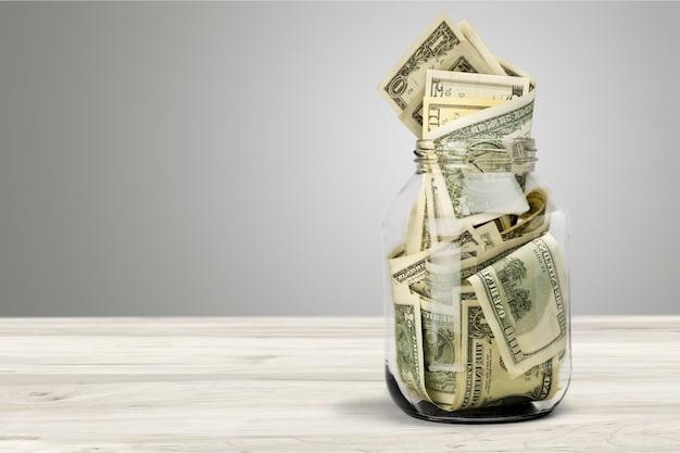 책상에 통화 돈에 대 한 유리 항아리입니다. 은행 개념