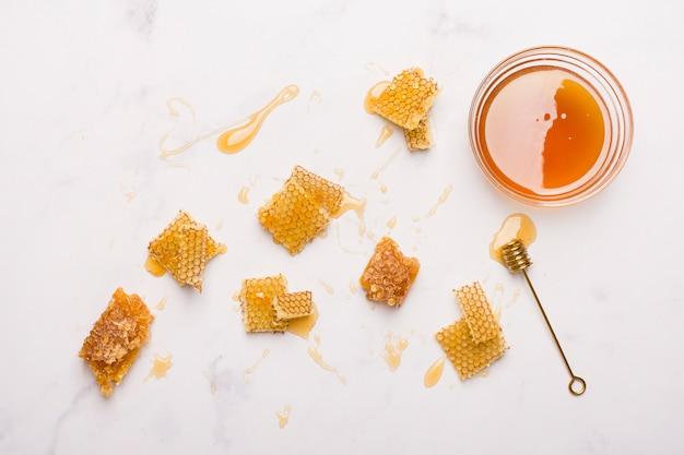 Стеклянная банка полный меда с медом ложкой