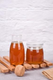 蜂蜜でいっぱいのガラス瓶
