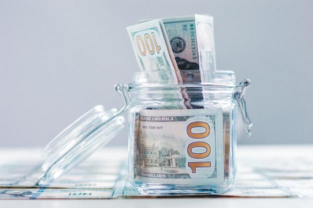 돈이 가득한 유리 항아리. 위기 저축 개념