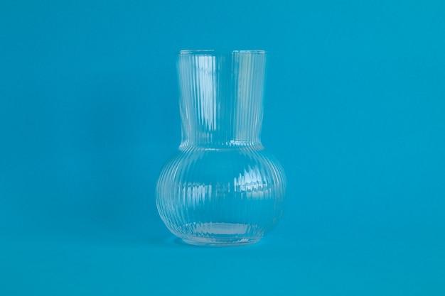 파란색 배경에 고립 된 유리 항아리