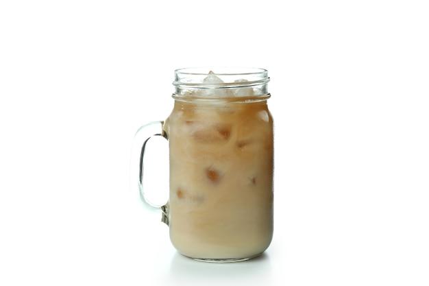 Стеклянная банка ледяного кофе, изолированные на белом фоне