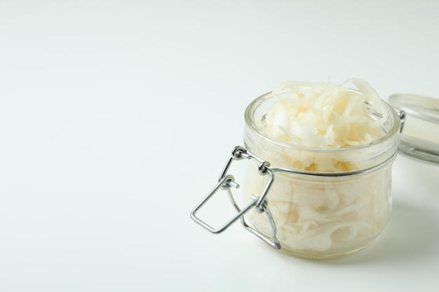 화이트에 소금에 절인 양배추의 유리 항아리