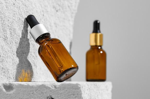 コンクリートブロックのスキンケア美容液のガラス瓶