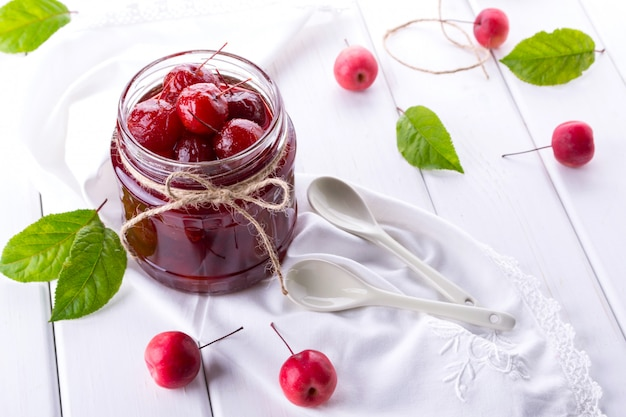 白いテーブルに新鮮な果物と小さな楽園リンゴジャムのガラスの瓶。