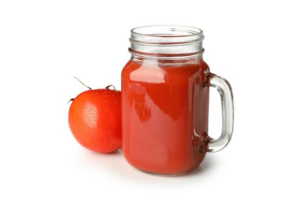 トマトジュースと白い背景で隔離のトマトのガラス瓶