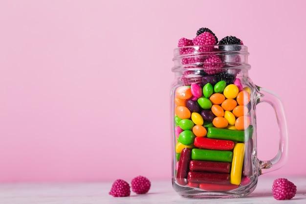Vaso di vetro con caramelle