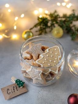 クリスマスのクッキーが付いているガラス瓶
