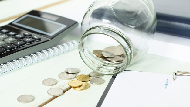 コインobeside電卓とノートが付いているガラス瓶