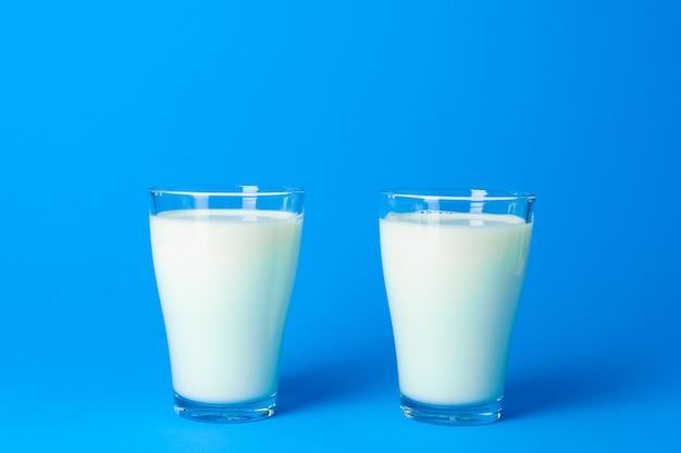 신선한 우유가 담긴 유리 용기