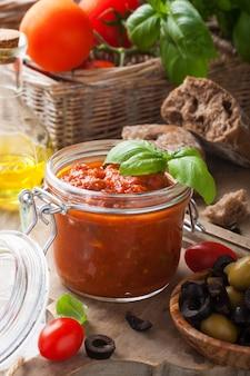 自家製トマトパスタソースが付いているガラス瓶