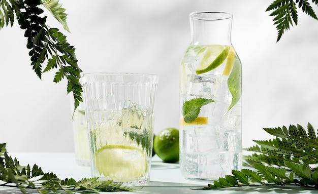 Bicchiere e vaso con bevanda alla calce