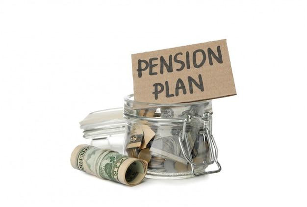 Стеклянная банка с деньгами и надписью пенсионный план на белом
