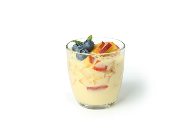 Стеклянная банка с персиковым йогуртом, изолированные на белом фоне