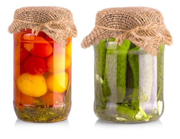 きゅうりとトマトのピクルスを白で分離したガラス瓶