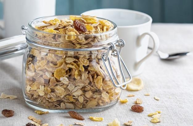 朝食用の全粒穀物のガラス瓶