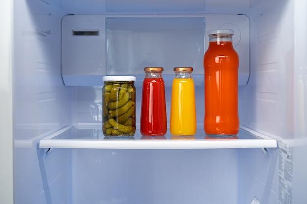 冷蔵庫の棚に缶詰のガラス瓶