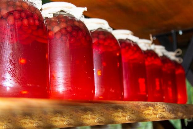 冬用のブランク付きガラス瓶。フルーツとベリーは暗いセラーに保存されます。便利なワーク
