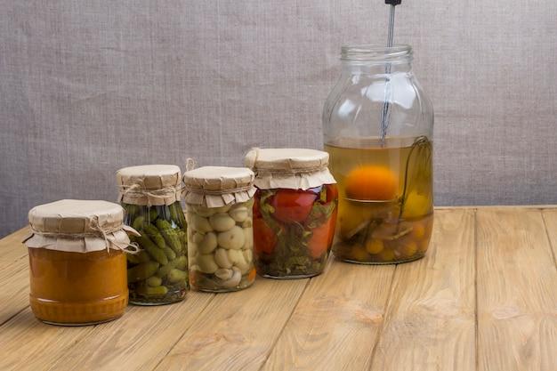 통조림 야채가 든 유리 병 건강한 겨울 영양