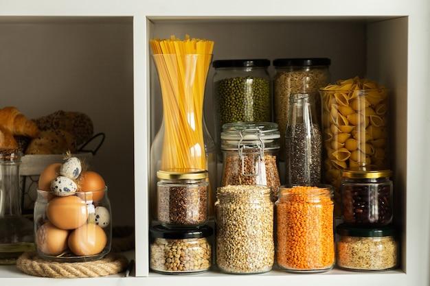 음식과 유리 항아리. 음식 개념. 부엌 선반. 선반에있는 제품.