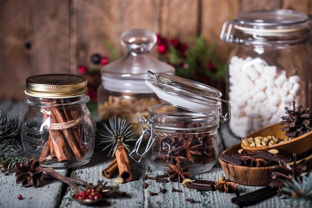 素朴なスタイルの香りのよいスパイスが入ったガラスの瓶