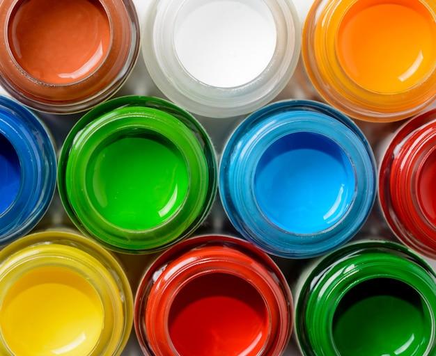 Стеклянные банки с гуашевой краской, вид сверху