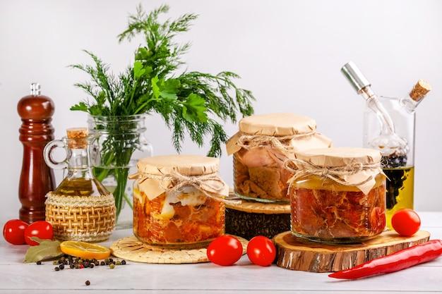 농장 가금류 거위, 오리, 닭고기에서 만든 수제 통조림 고기가 든 유리 항아리.