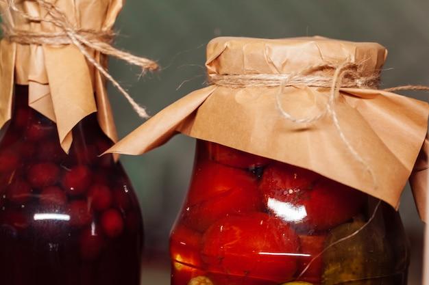 保存食品が入ったガラスの瓶をクローズアップ