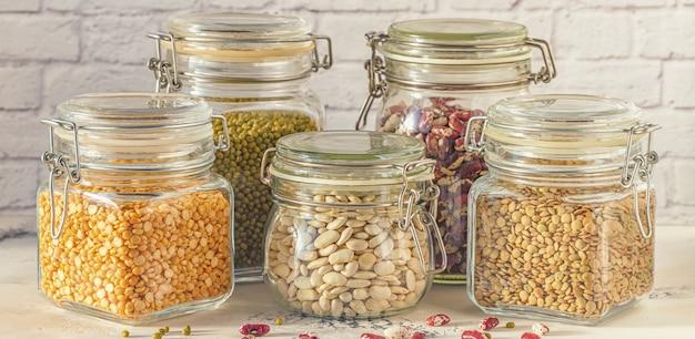 さまざまなマメ科豆、緑豆、エンドウ豆、レンズ豆が入ったガラス瓶