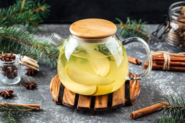Стеклянный чайник свежего грушевого травяного чая