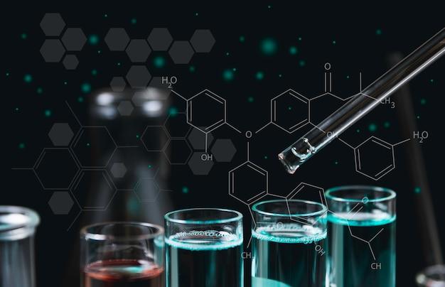 Стеклянные лабораторные химические пробирки с жидкостью для аналитических, медицинских, фармацевтических и научных исследований концепции.