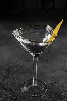 Стеклянный коктейль алкогольный напиток маргарита с цитрусовыми на серой поверхности. шале.