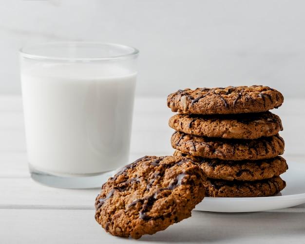 Bicchiere di mil e biscotti deliziosi