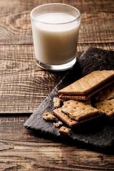 Bicchiere di latte e biscotti deliziosi
