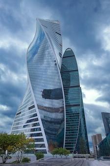 모스크바 시티 비즈니스 센터 건물에 창문이 있는 유리 거울 벽