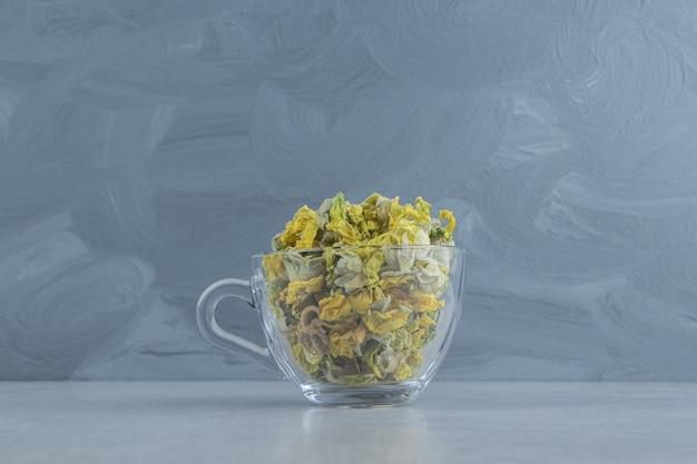 노란 꽃이 가득한 유리 머그잔 무료 사진
