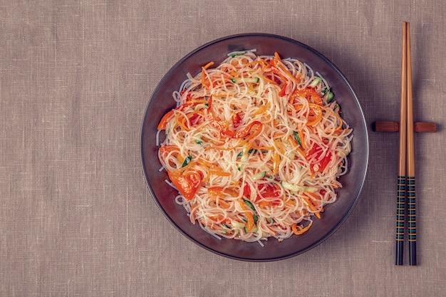 Салат из стеклянной лапши с огуречным перцем и морковью