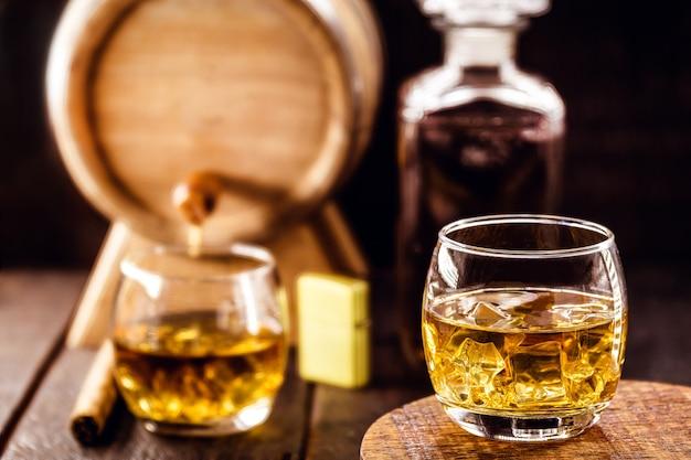Стакан выдержанного виски, барная стойка в деревенском стиле, дистиллированный напиток
