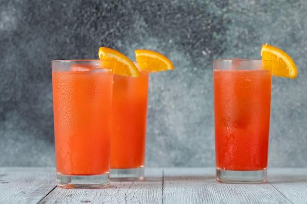 오렌지 웨지로 장식된 알라바마 슬래머 칵테일 한 잔