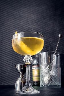 Стакан коктейля аляска на темном фоне