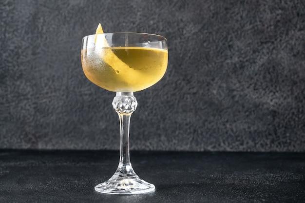 Стакан коктейля аляска на темном столе