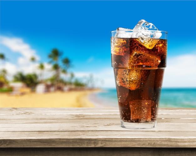コーラ、背景に氷とアルコール飲料のガラス