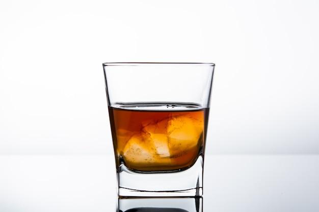 白い壁にアルコールのガラス