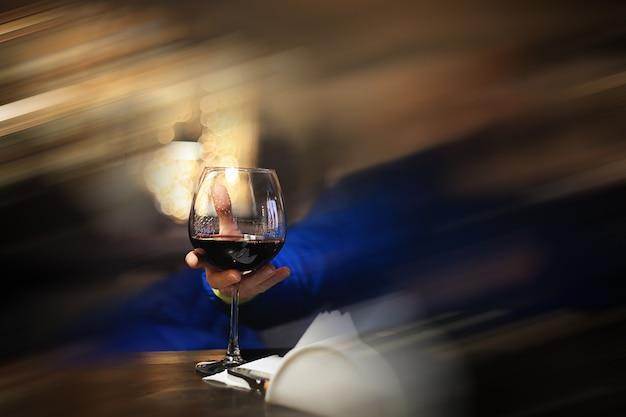 나이트 클럽에서 원 보케가 있는 흐릿한 배경에 얼음을 넣은 알코올 한 잔