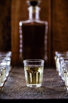 Cachaça라고 불리는 브라질 산 알코올 음료 한 잔, 사탕 수수에서 증류
